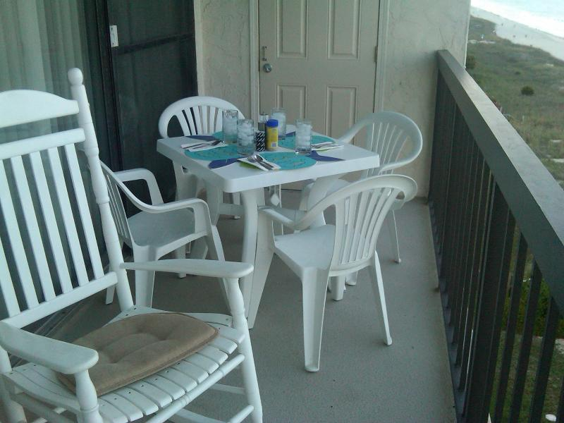 Balcony with dining option