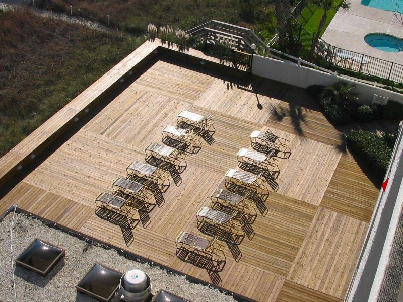 Large sun deck with chairs