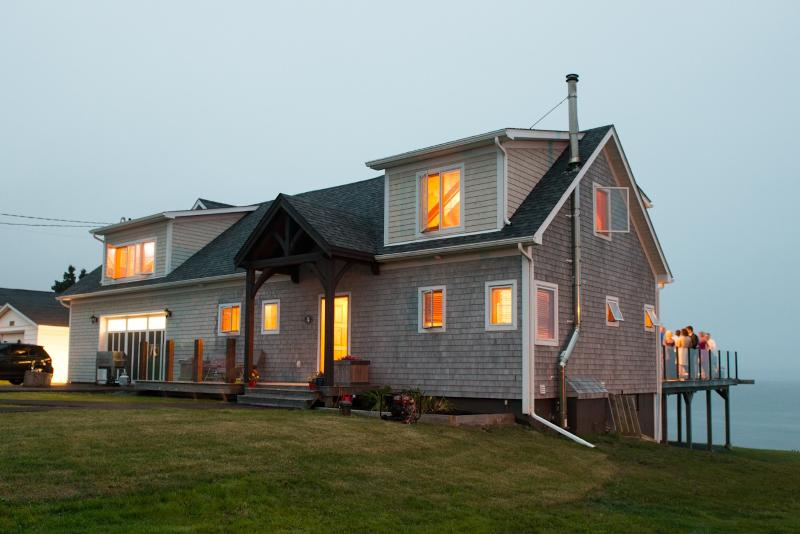 A Surfers Dream - Custom Built Timber Frame Ocean, holiday rental in Halifax