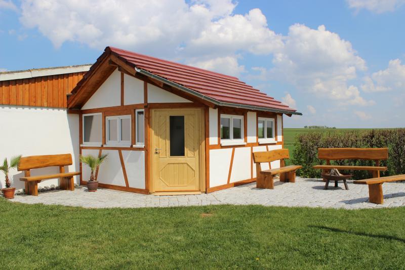 zona de barbacoa con casa de madera