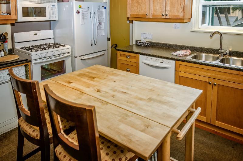 kitchen/ gas stove/ fridge/ dishwasher