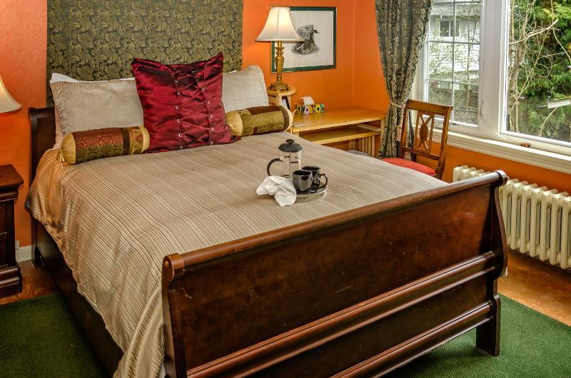 Garry Oak Room/ queen bed