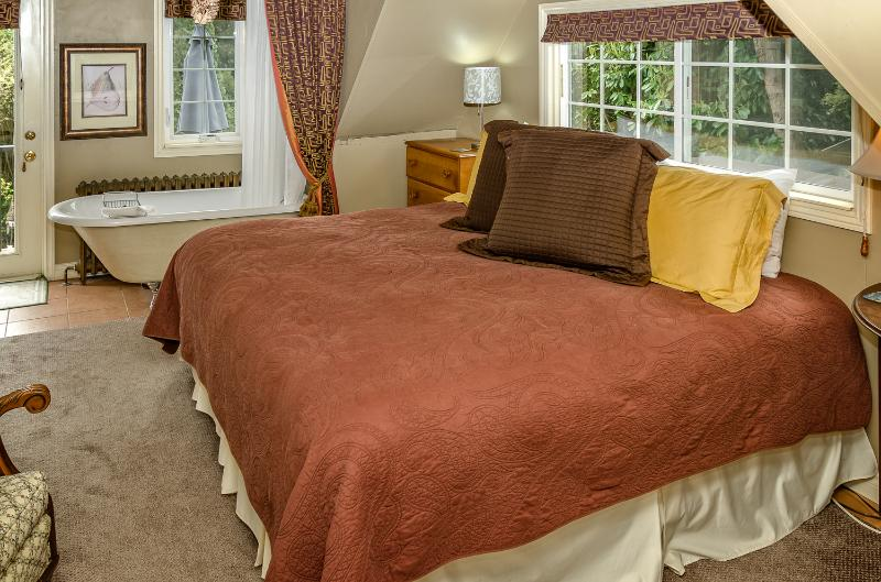 Minutiae Room / King Bed or 2 Twin beds