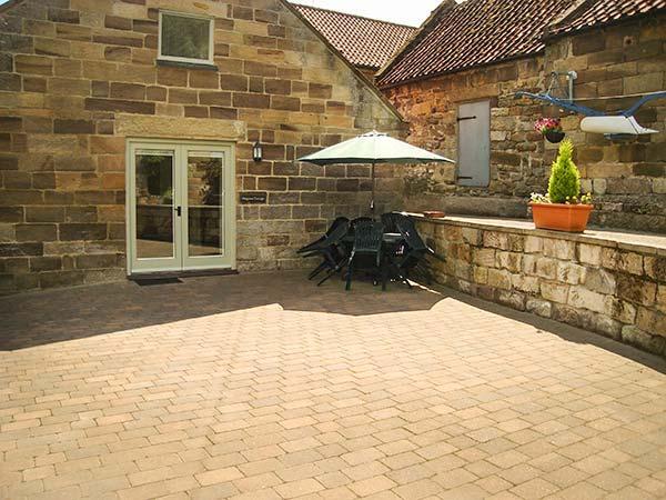 MULGRAVE COTTAGE, semi-detached, WiFi, enclosed patio, open plan, in Staithes, location de vacances à Roxby
