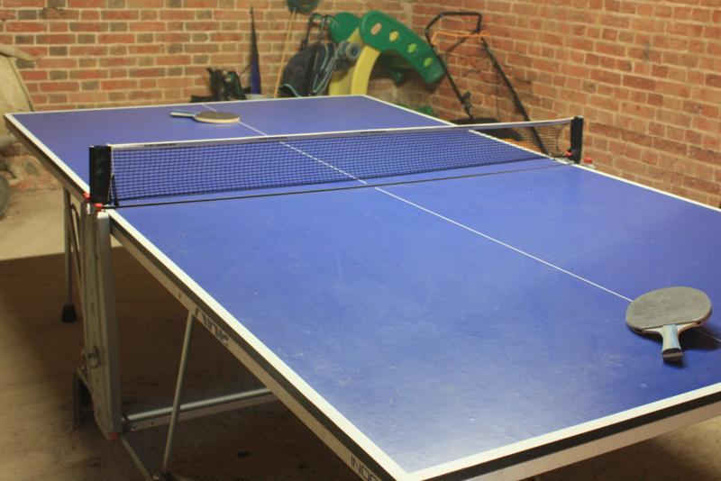 Tenis de mesa en el garaje