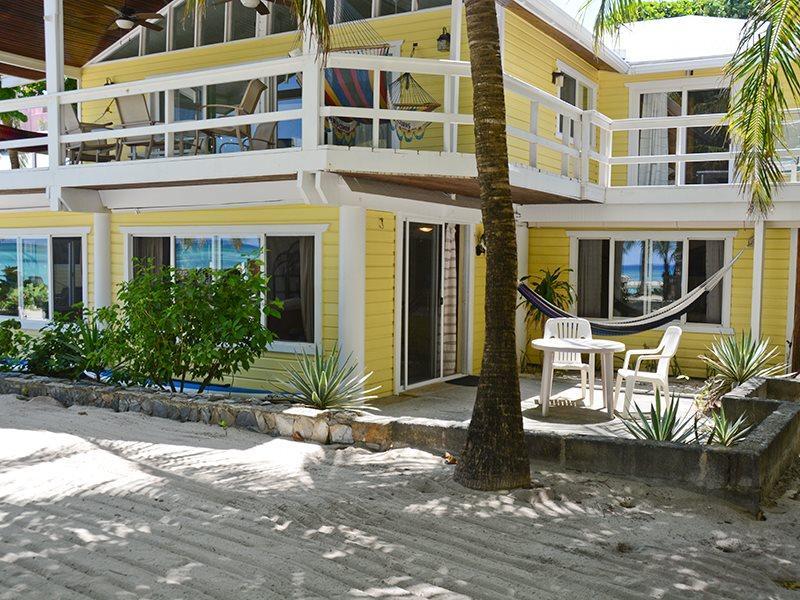 St. Mac's Beachfront Apartment, vakantiewoning in West Bay