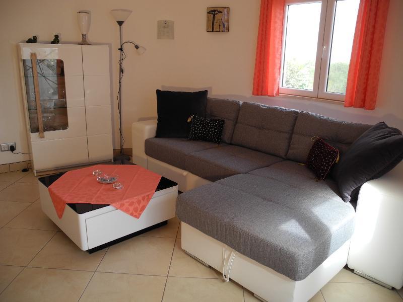 Wohnzimmer - Couch, Tisch und Glasvitrine beleuchtbar