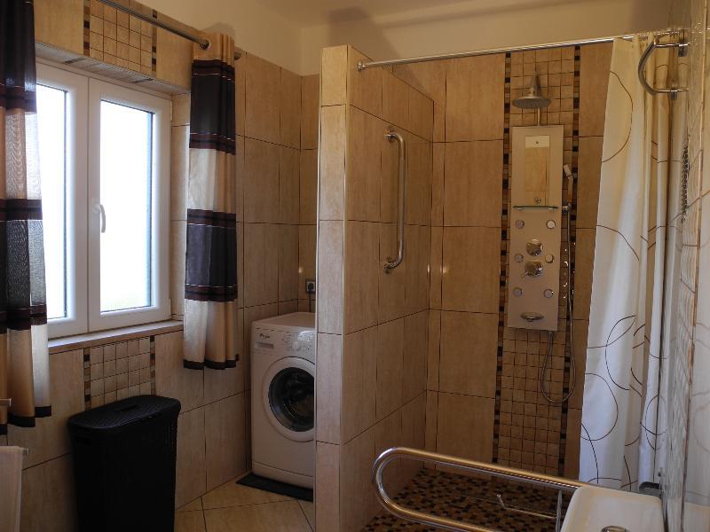 Badezimmer - große, ebenerdige Dusche, Waschmaschine