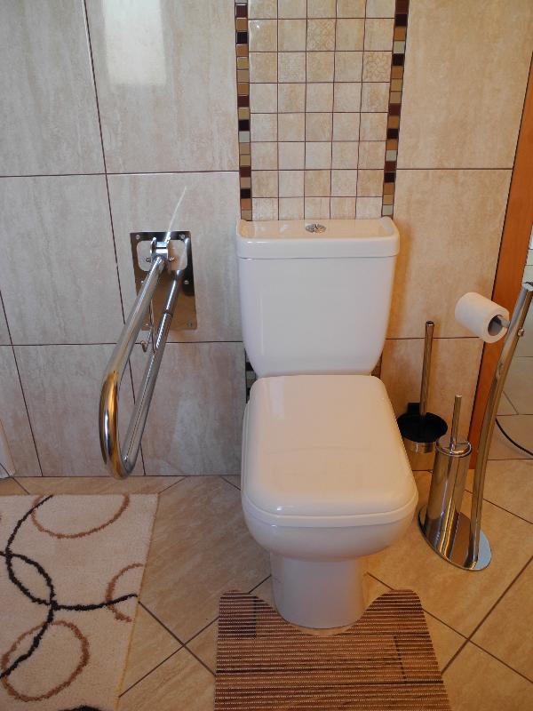 Badezimmer - WC mit hochklappbarer Aufstehhilfe