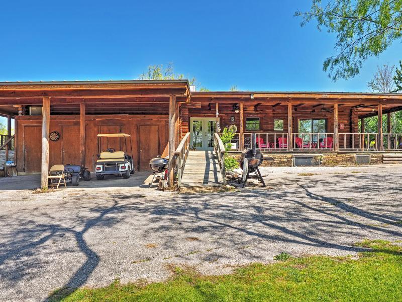 La casa de 1,600 pies cuadrados ofrece un montón de estacionamiento fuera de la calle.