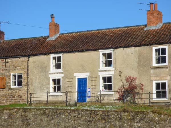 PRIMROSE HILL FARMHOUSE, mid-terrace, Rayburn, woodburner, parking, garden, in, holiday rental in Cropton