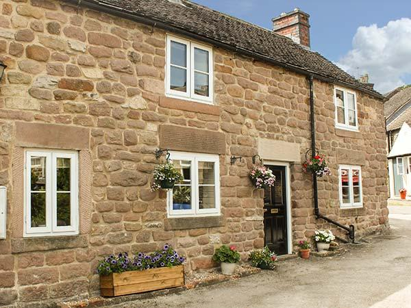 BEDEHOUSE COTTAGE, close to amenities, patio garden, exposed brickwork in, holiday rental in Bonsall
