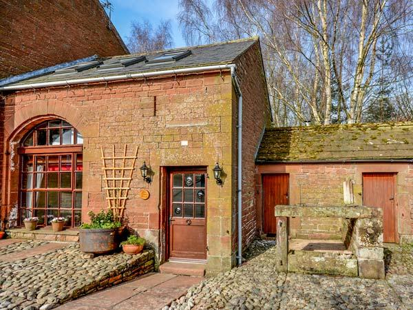THE COACH HOUSE, cosy, romantic retreat, WiFi, pet-friendly, outdoor, holiday rental in Renwick