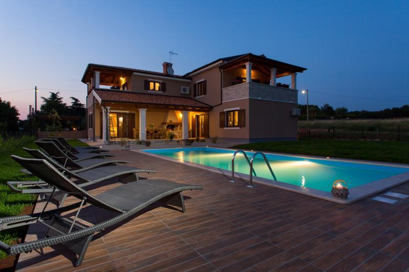 Villa Roza-villa for your holiday, casa vacanza a Tinjan