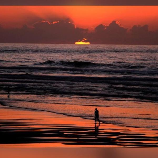 Un coucher de soleil magique sur la plage jack beach devant la terrasse de l appartement