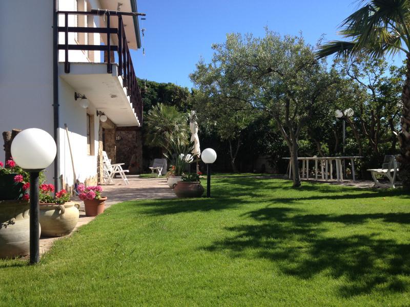 Giardino Fronte Mare che Circonda la Casa