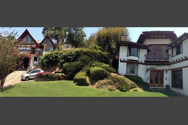 Jardin frontal con vista de ambas casas que pueden ser rentadas en conjunto y sumar 20 huéspedes