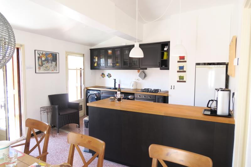 Cuisine 2. étage avec 2 balcons, lave-vaisselle et d'autres installations