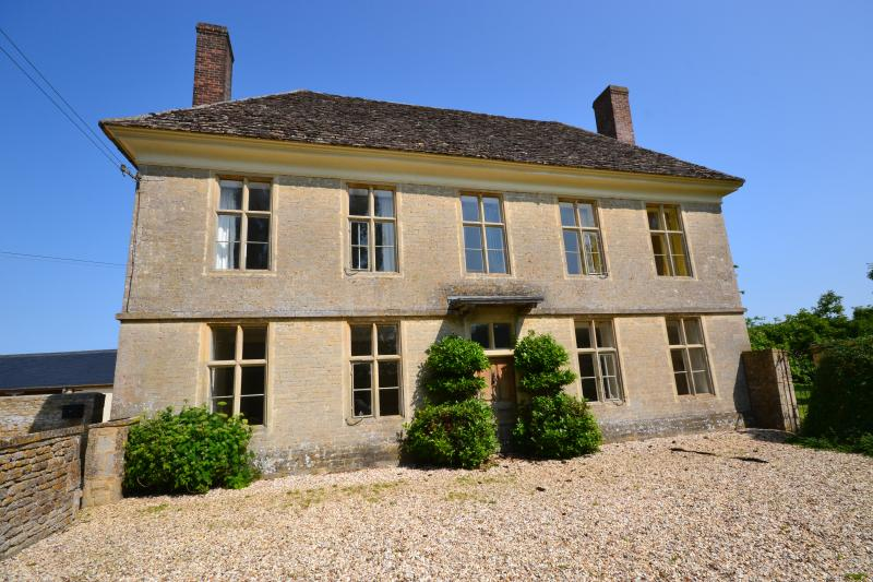 Yew Tree Farmhouse is a stunning Queen Anne/Georgian period home located in the Cotswolds.