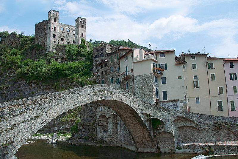 Dolceacqua: Castello e Ponte vecchio dipinti anche da Monet