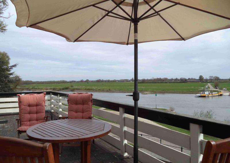 balkon met uitzicht over de rivier de IJssel
