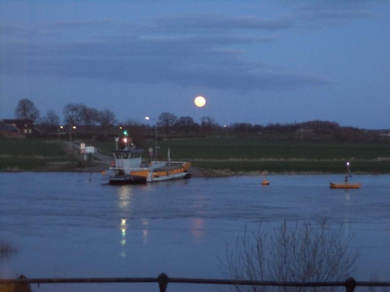 uitzicht over de rivier bij maanlicht