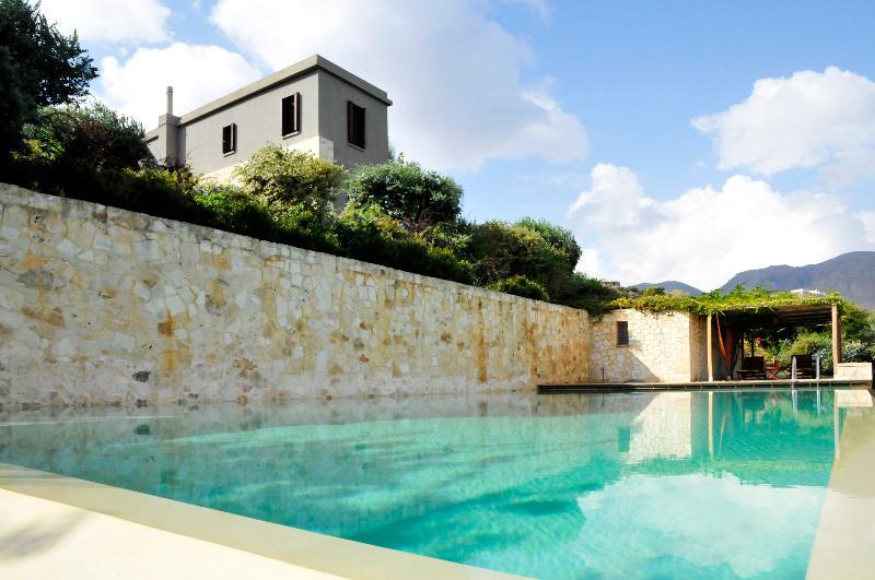 Lavish Villa with infinity pool, near the beach, alquiler vacacional en Kalyves