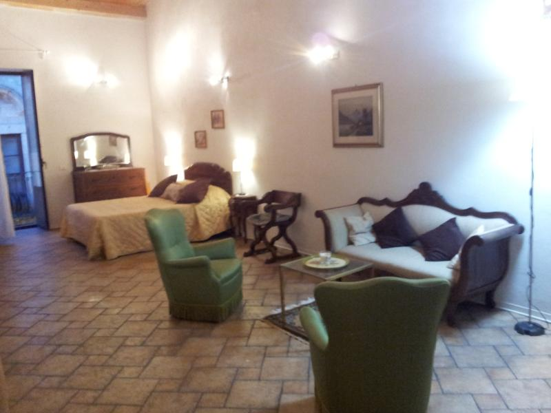 Thearose, offre un locale luminoso, spazioso, adatto a tutti coloro che cercano relax e romanticismo
