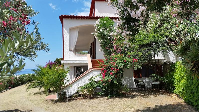 Mansarda in villa panoramica terrazzo-giardino 45 mq esclusivo, 3 km dalle terme, vacation rental in Acquappesa