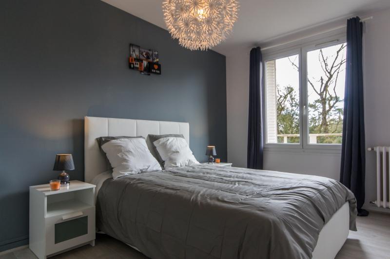 Chambre et son lit 140x190cm grand confort avec matelas BULTEX 19cm épaisseur