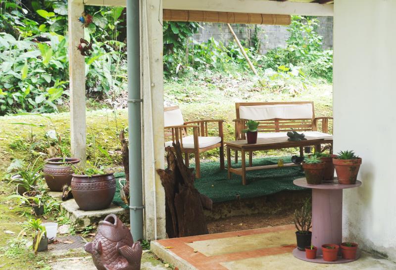 Terrasse extérieure couverte. Fleurie et verdoyante. Calme. Ensoleillée et ventilée. Intimiste.