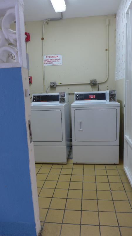 Myntdrivna tvättmaskiner och torktumlare strax utanför lobbyn.