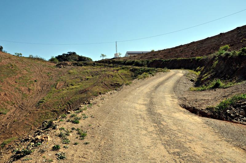 A good dirt road leads up to the house from the tarmac main road.