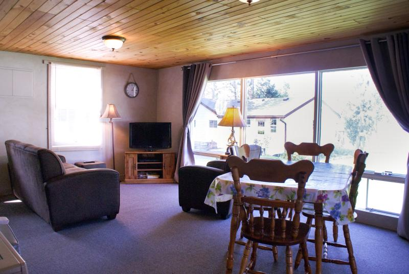 Nanmark's Lighthouse Resort - Sportsman Cottage, holiday rental in North Bay