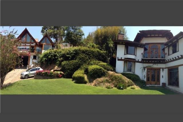 Jardín frontal con vista de ambas casas que pueden ser rentadas en conjunto y sumar 20 huéspedes