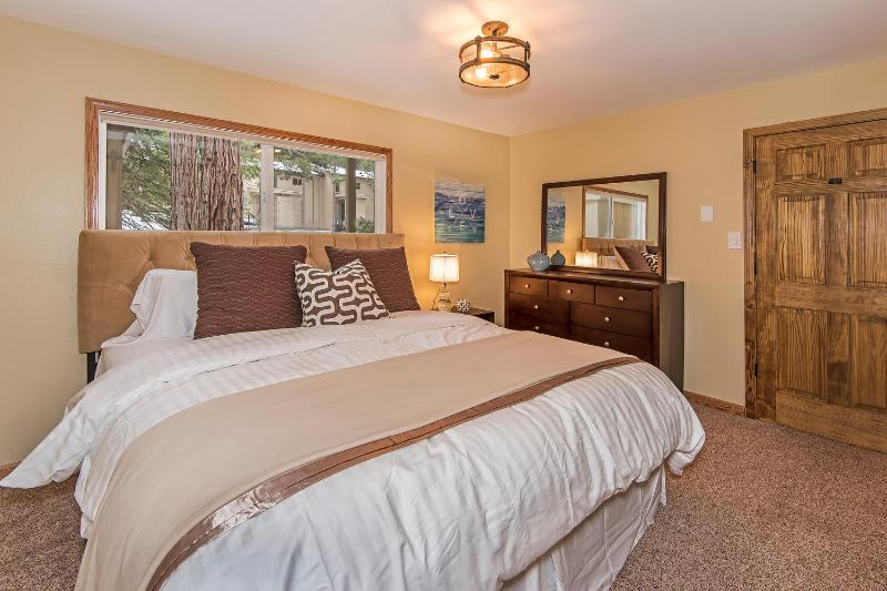 Master bedroom with private bathroom. Luxurious down comforter and hotel sheets. Very Comfy!