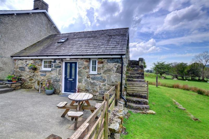 This attractive little stone cottage is attached to the owners' farmhouse, on the yard of a working farm