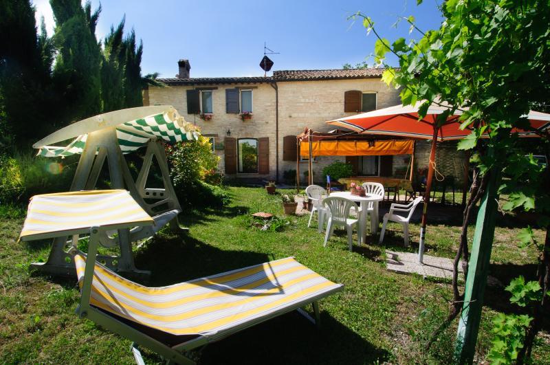 de propiedad frontal, siguiendo apartamentos, piscina, jardín, zonas de barbacoa / picnic, platos, toallas, sábanas