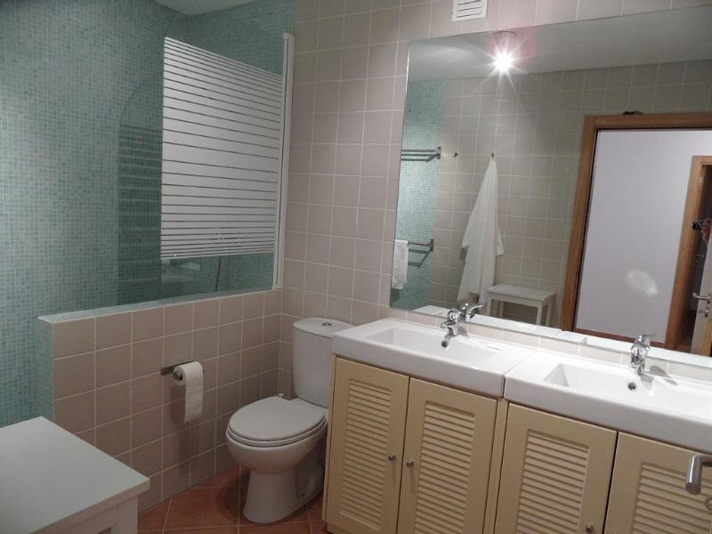 2ème salle de bain - Grande douche à l'italienne, double vasque pratique et wc