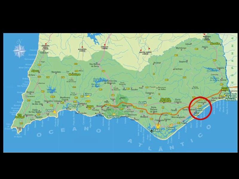 À 6 mn de la gare de Tavira (3 km) et 35 mn de l'aéroport de Faro (35 km).