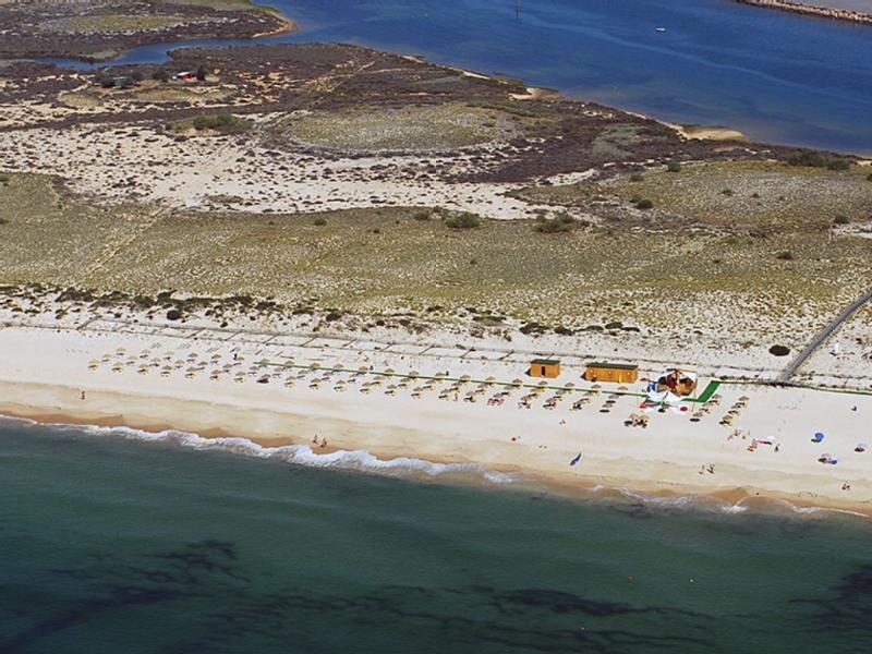 Bord de mer avec plages accessibles à pied, en petit train et navettes-bateaux.