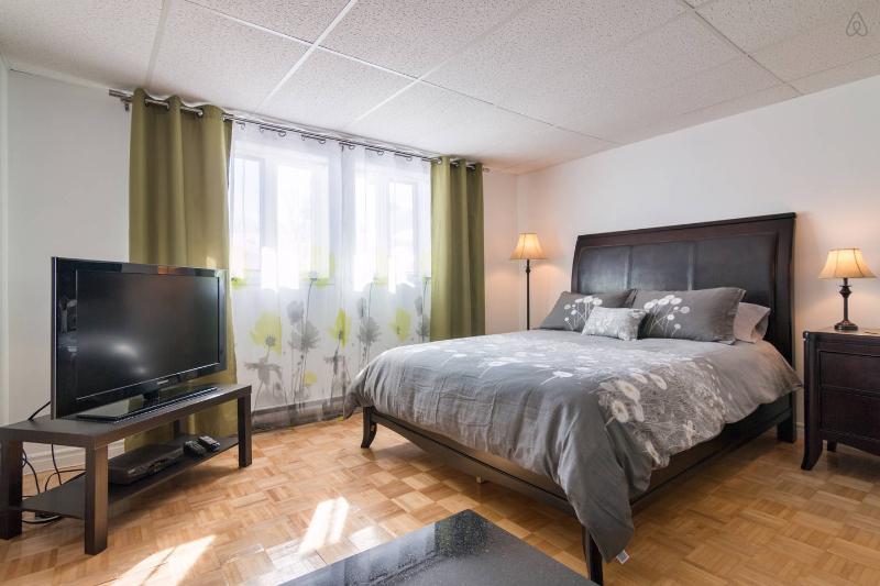 Grand lit confortable et pièce lumineuse