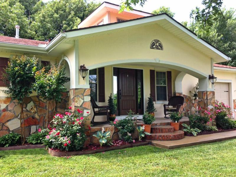 Only 14 Minutes to the University of Arkansas! Country Living in Town!, vacation rental in Springdale