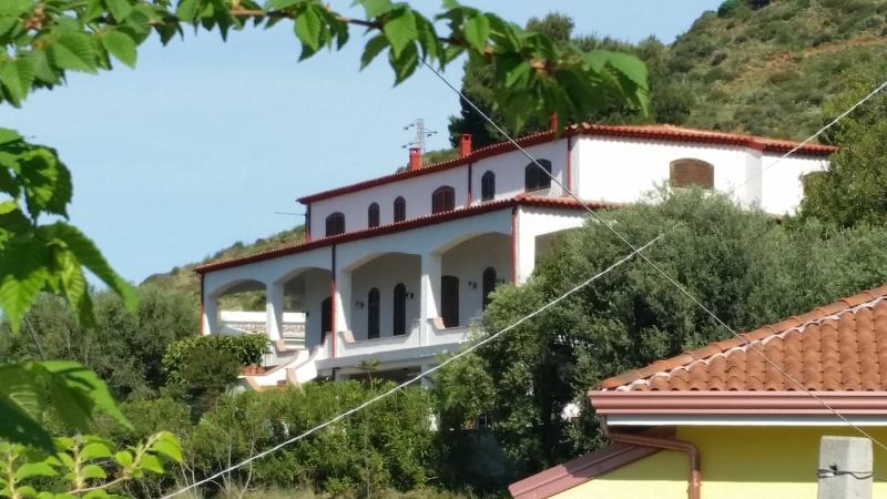 Facciata della villa, La mansarda occupa l'angolo a destra