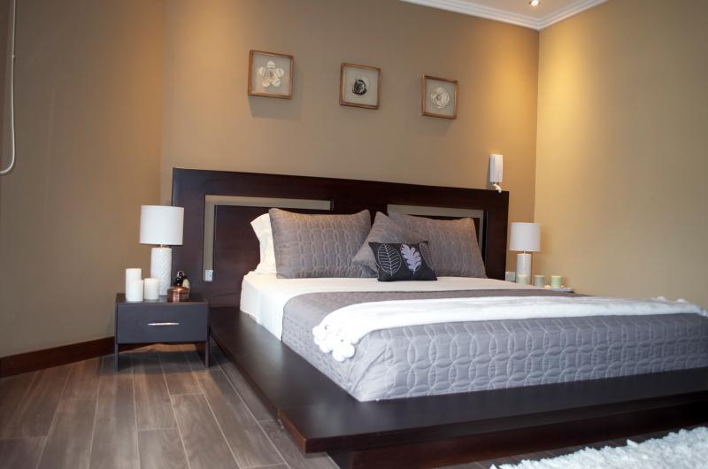 master bedroom queen size bed .hermoso master dormitorio