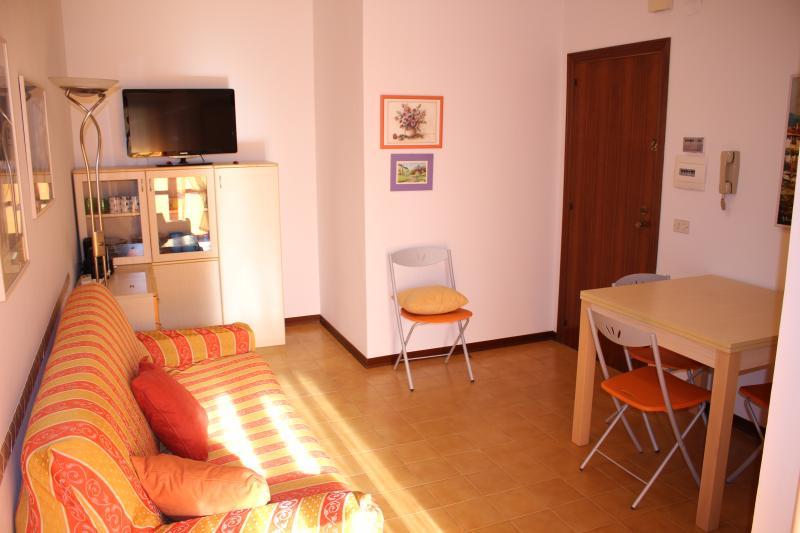 soggiorno con divano e ingresso