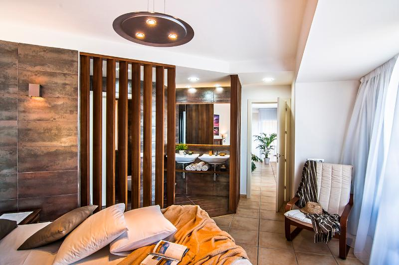 Suite with double bed and bathroom, and the best sound groundswell-suite with double bed and bathroom