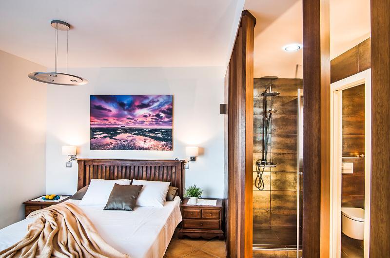 Suite con cama doble y baño—Suite with double bed and bathroom