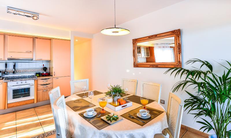 Comedor amplio y luminoso—Large and bright dining room