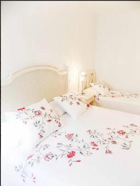 Room with a double bed and a single-Bedroom: double bed and a single bed